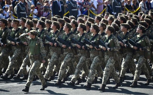 Ngày 24/8/1991, đường biên giới giữa Nga và Ukraine trở thành biên giới quốc tế sau khi Kiev tuyên bố độc lập sau sự kiện Liên Xô sụp đổ. Năm nay, sự kiện lễ duyệt binh đã được tổ chức với quy mô lớn, huy động tới 30.000 nhân viên thuộc cơ quan hành pháp giữ trật tự cho buổi lễ, và 18 phái đoàn ngoại giao tới tham gia. (Ảnh: AFP)
