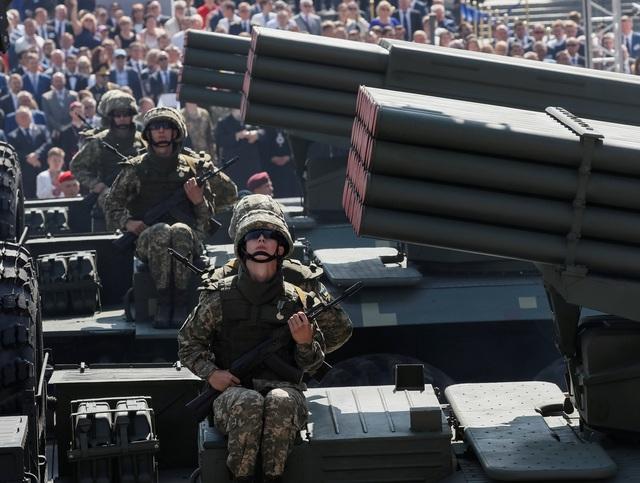 Dàn vũ khí hiện đại đã xuất hiện trong lễ duyệt binh ngày 24/8 của Ukraine, nhân dịp kỉ niệm 27 năm ngày quốc khánh của Kiev, cũng như là dịp để Ukraine phô diễn sức mạnh quân sự. (Ảnh: Reuters)