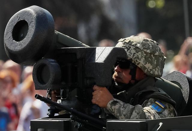 Những người theo dõi lễ duyệt binh đã chứng kiến những hình ảnh ấn tượng với sự tham gia của 4.500 quân nhân cùng với dàn khí tài đa dạng từ hệ thống tên lửa đạn đạo chiến thuật đa năng Sapsan, xe tăng chiến đấu T-64BV, pháo tự hành 155 mm SPH, hệ thống hỏa lực do chính Ukraine phát triển để tiêu diệt các đồn chỉ huy, phương tiện cơ giới và thiết giáp đối phương. Trong ảnh: Một quân nhân Ukraine diễu hành cùng tên lửa chống tăng Javelin do Mỹ sản xuất. (Ảnh: Reuters)