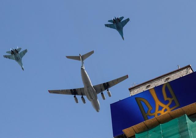 Máy bay quân sự trên bầu trơi Ukraine (Ảnh: Reuters)