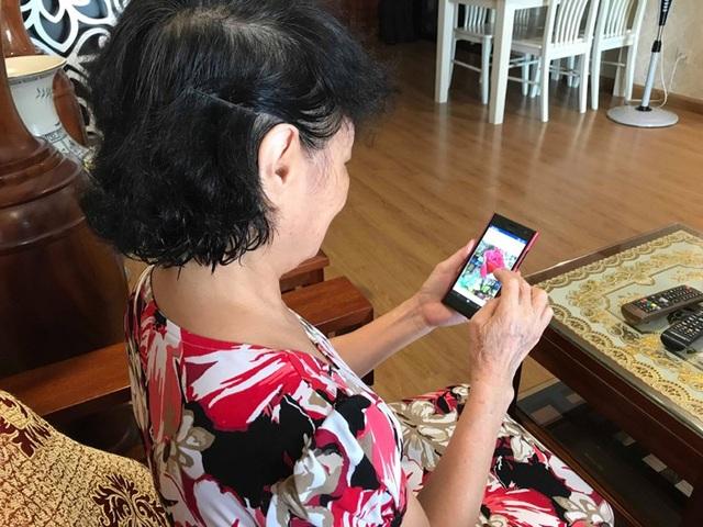 Một chiếc điện thoại smartphone đã khiến nhiều người cao tuổi thích nghi với cuộc sống thời 4.0