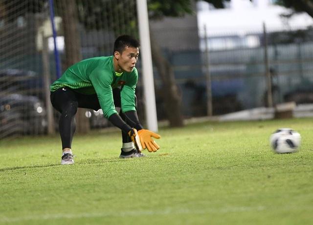 Olympic Việt Nam tập kín, Bùi Tiến Dũng luyện bắt penalty - 8