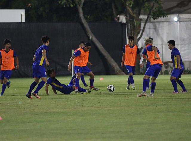 Các cầu thủ chia hai bên đá phối hợp