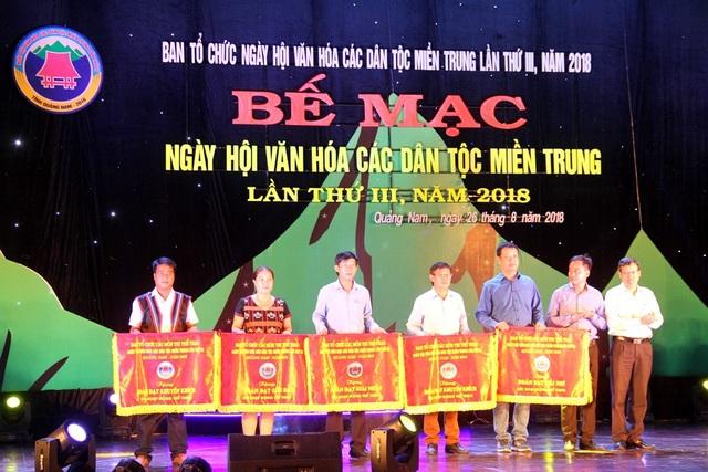 Ban tổ chức trao giải cho các đội đạt thành tích