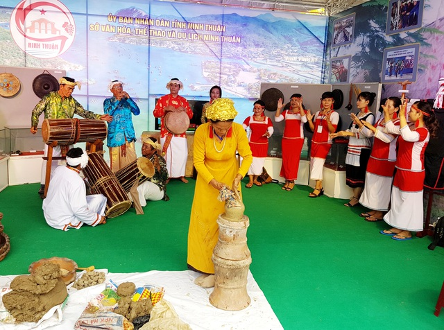 Đồng bào Chăm tỉnh Ninh Thuận trình diễn làm gốm bằng tay trong những ngày diễn ra lễ hội