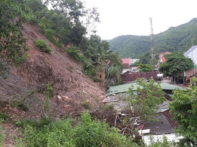 Đất đá từ trên đồi sạt lở đổ xuống mái tôn nhà dân tại thị trấn Mường Xén.