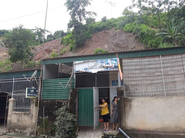 Nhà của một số hộ dân ở khu vực thị trấn Mường Xén bị đất đá sạt lở gây nguy hiểm.