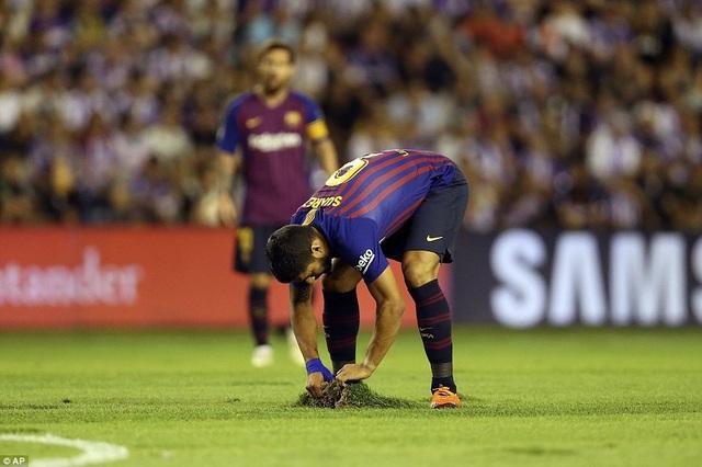 Mặt sân xấu ảnh hưởng đến lối chơi của Barcelona