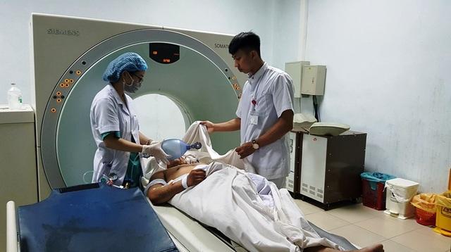 Lái xe Nguyễn Duy Trung được các bác sĩ chăm sóc tại bệnh viện đa khoa Nghệ An.