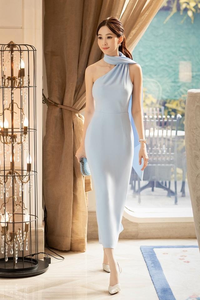 Xuất hiện tại sự kiện, hoa hậu Việt Nam 2012 diện chiếc đầm màu xanh da trời nhã nhặn và tôn dáng.