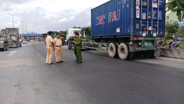 Hiện trường vụ tai nạn trên xa lộ Hà Nội làm người đi xe máy tử vong tại chỗ.