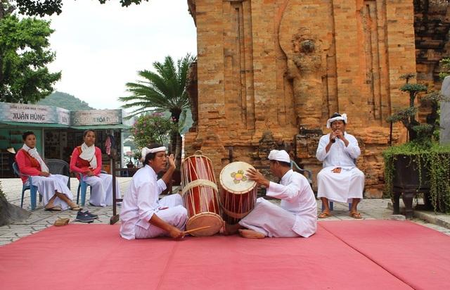 Vẻ đẹp đồng bào Chăm qua lễ hội bên cửa sông Cái Nha Trang - 1