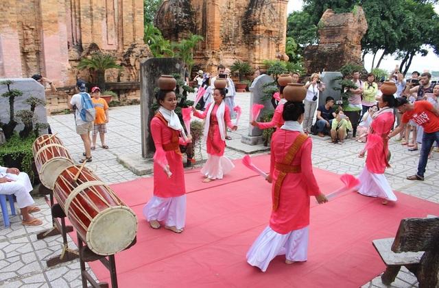 Vẻ đẹp đồng bào Chăm qua lễ hội bên cửa sông Cái Nha Trang - 2