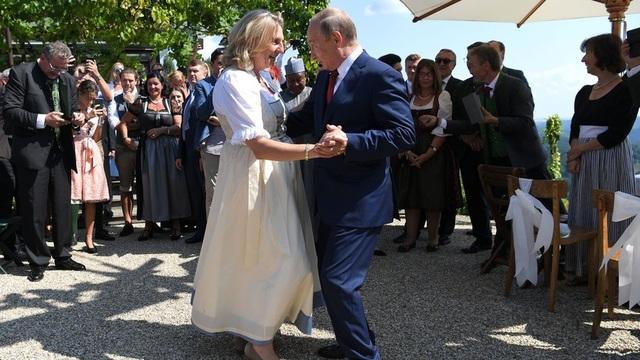 Tổng thống Putin khiêu vũ cùng Ngoại trưởng Áo Karin Kneissl. (Ảnh: Reuterrs)