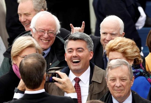Ông John McCain (hàng sau, bên phải) tại buổi lễ nhậm chức của Tổng thống Mỹ Donald Trump năm 2017. Tại quốc hội Mỹ, ông McCain giữ chức Chủ tịch Ủy ban Quân vụ Thượng viện từ năm 2015.