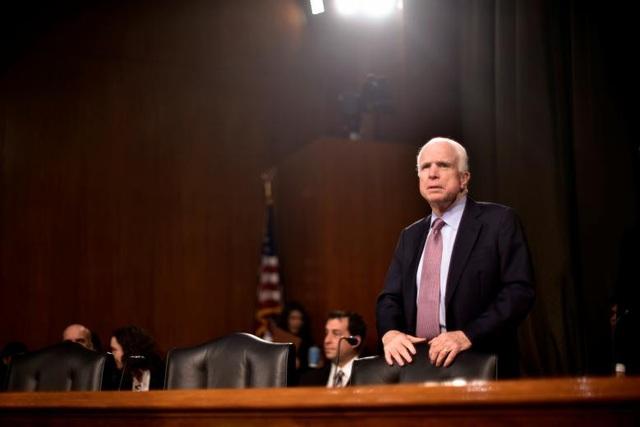 Ông McCain có quan điểm cứng rắn và tôn chỉ hoạt động chính trị của ông là chỉ phục vụ lợi ích của duy nhất nước Mỹ. Chính vì thế, mọi quyết sách của chiến lược gia kỳ cựu đều đặt nước Mỹ lên trọng tâm, hàng đầu và không dễ bị tác động bởi các yếu tố đảng phái.