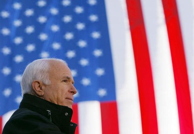 """Ông John McCain đã qua đời ngày 25/8 tại nhà riêng ở tuổi 81 sau 10 tháng chống chọi với căn bệnh ung thư não quái ác. Sự ra đi của ông John McCain đã khiến giới chính trị Mỹ đau lòng. Tổng thống Mỹ Donald Trump đã gửi lời chia buồn tới gia đình ông McCain, đồng thời bày tỏ sự tôn trọng với chính trị gia kỳ cựu này. Cựu Tổng thống Obama nói rằng người dân Mỹ đều """"nợ"""" ông McCain vì chính trị gia đã cống hiến cả cuộc đời vì nước Mỹ. Cựu Tổng thống Bill Clinton đã nhắc lại công lao to lớn của ông McCain trong việc giúp ông đưa ra quyết định bình thường hóa quan hệ với Việt Nam."""