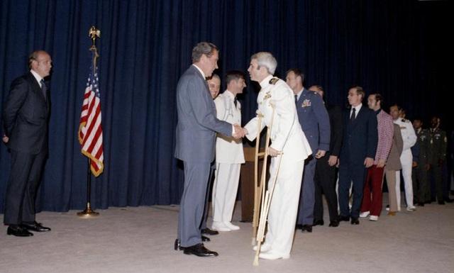 Năm 1973, ông được trao trả tự do theo Hiệp định Paris. Trong ảnh: Cựu Tổng thống Mỹ Richard Nixon (trái) bắt tay ông McCain sau khi ông trở về Mỹ.