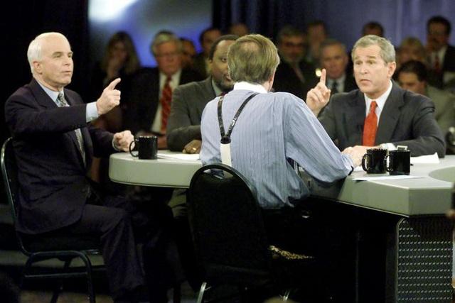 Ông tuyên bố tranh cử tổng thống Mỹ vào năm 1999, nhưng đã thất bại trước cựu Tổng thống Mỹ George W. Bush khi đảng Cộng hòa bầu chọn ứng viên đại diện đảng tham gia cuộc bầu cử. Trong ảnh: Ông John McCain và ông Bush trong một buổi tranh luận trên truyền hình.