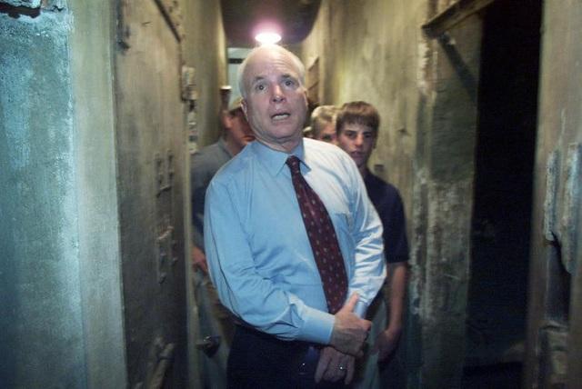Ông McCain thăm lại nhà tù Hỏa Lò, Việt Nam năm 2005, nơi đã giam giữ ông 5 năm rưỡi.