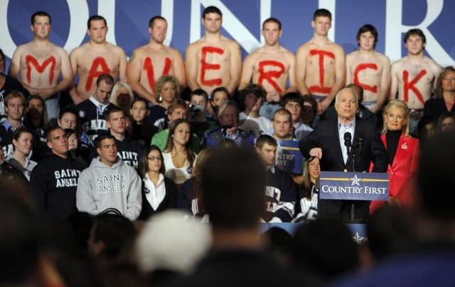 Năm 2008, ông McCain một lần nữa tuyên bố ứng cử tổng thống. Lần này ông đã trở thành ứng cử viên của đảng Cộng hòa, đối đầu trực tiếp với cựu Tổng thống Mỹ Barack Obama. Trong ảnh: Ông McCain trong một buổi tiếp xúc cử tri tại Manchester, New Hampshire.