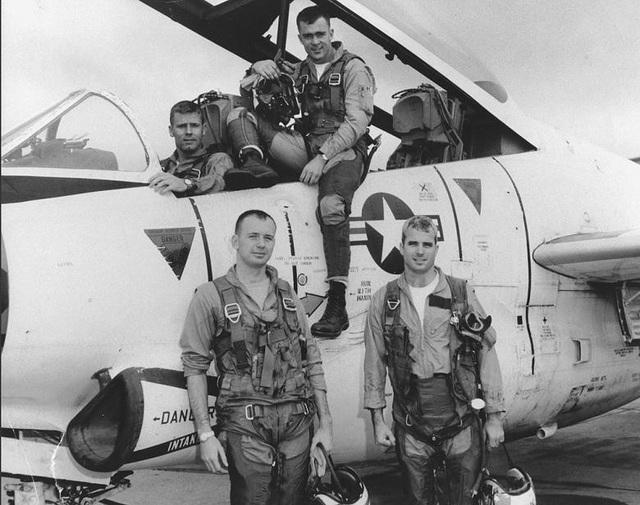 Ông John McCain sinh năm 1936 trong một gia đình có truyền thống quân nhân. Cả cha và ông nội của ông đều là đô đốc hải quân Mỹ. Chính điều này đã thôi thúc ông tham gia vào quân đội và sang tham chiến ở Việt Nam với nhiệm vụ phi công của hải quân. Trong ảnh: Ông McCain đứng ở phía dưới, bên phải với các phi công đồng đội.