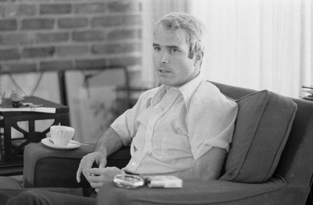 Ông McCain trong bài trả lời phỏng vấn về trải nghiệm ở Việt Nam năm 1973. Ông đã trải qua 2 lần kết hôn với 2 người vợ Carol Shepp (từ năm 1965-1980) và Cindy Lou Hensley (1980-nay).