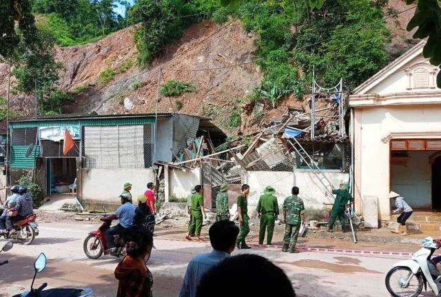 Lực lượng chức năng có mặt để giúp dân khắc phục hậu quả.