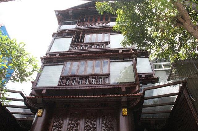 Căn nhà có chiều cao 20m, được dựng lên từ 22 cột gỗ sao xanh có đường kính 80-90cm.