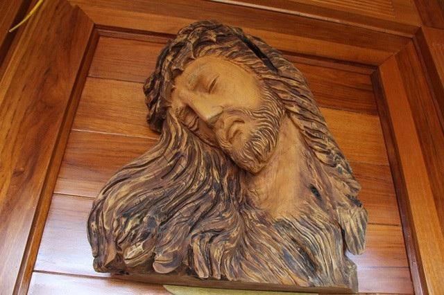 Bức tượng Chúa được dựng ở vị trí trang trọng trong nhà.