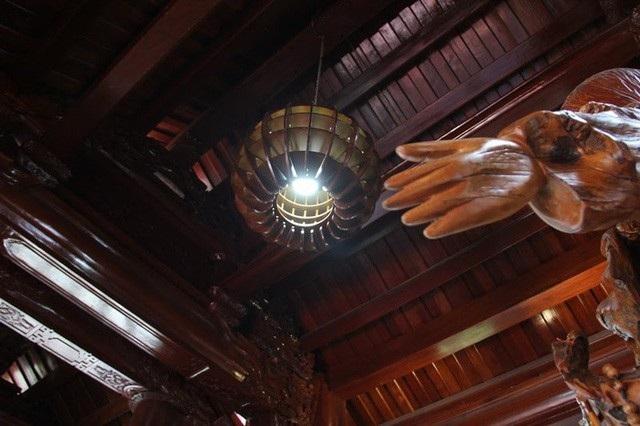 Ngoài chất liệu gỗ, kính cũng là thứ vật liệu được gia chủ sử dụng.
