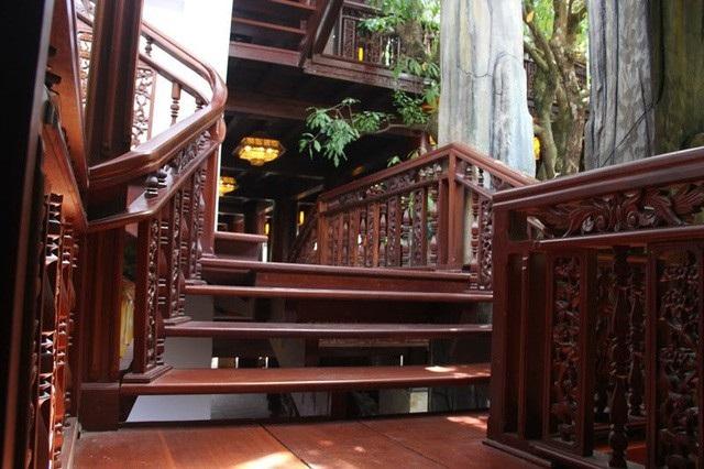 Gác bậc thang dẫn lên các tầng được chạm trổ tinh tế.