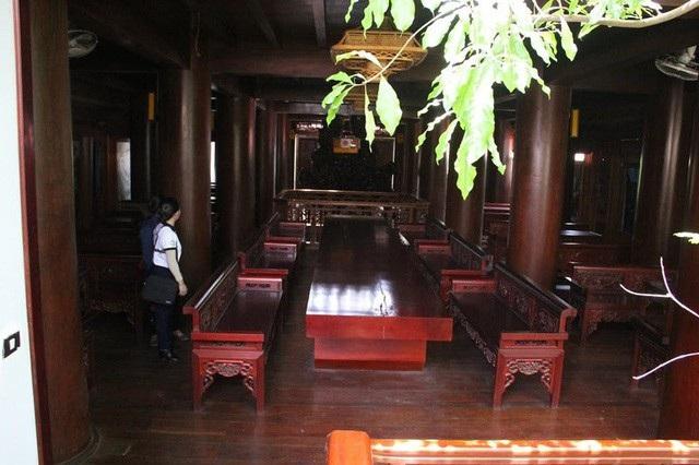 Mỗi một tầng đều kê tấm phản gỗ dày làm bàn, được sơn bóng loáng để tiếp khách.