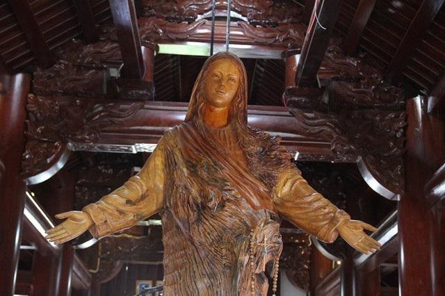 Bức tượng đức mẹ được khắc từ một loại gỗ quý tại tầng 5 của ngôi nhà.