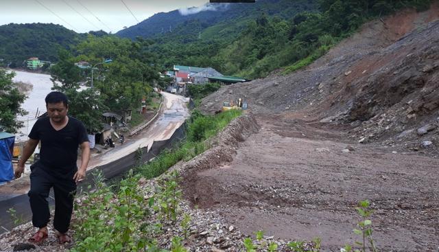 Sạt lở ta luy dương do thi công dự án mở rộng thị trấn Mường Xén - huyện Kỳ Sơn.