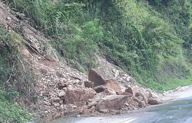 Hai điểm sạt lở tại QL7, đoạn qua xã Xá Lượng - huyện Tương Dương chưa được khắc phục.