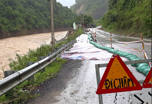 Điểm sạt lở ta luy âm kéo dài hàng chục mét tại xã Chiêu Lưu, huyện Kỳ Sơn.