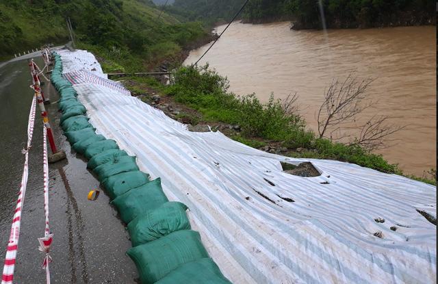 Nguy cơ cả đoạn đường bị lở xuống sông nếu không sớm khắc phục và tiếp tục mưa lũ.