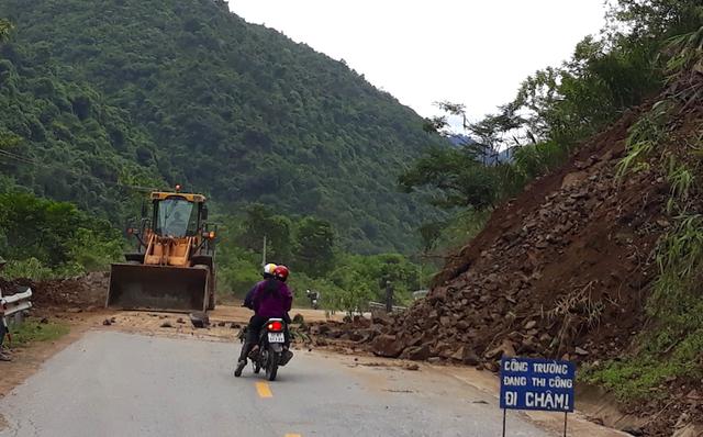 Khắc phục sạt lở tại xã Lưu Kiền - huyện Tương Dương.