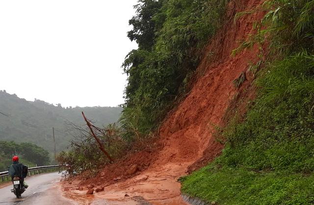 Một điểm sạt lở chưa được khắc phục tại xã Hữu Kiệm - huyện Kỳ Sơn.