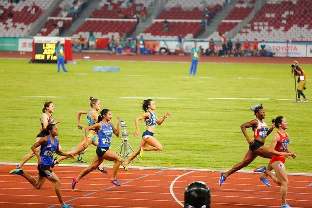 Tú Chinh (thứ 5 từ trái sang) không thể có mặt ở lượt chạy chung kết 100m nữ