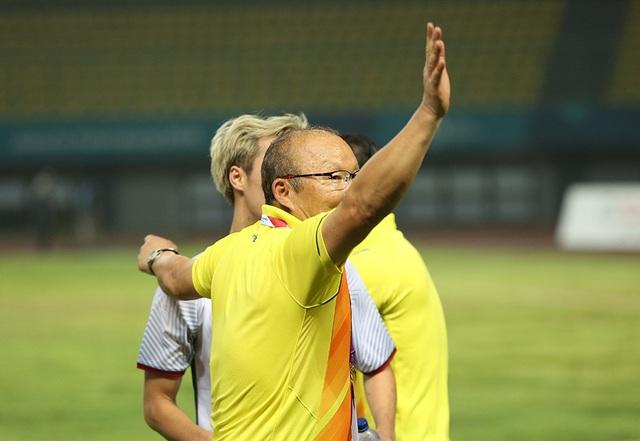 Giành vé vào bán kết, Olympic Việt Nam ăn mừng đầy cảm xúc cùng cổ động viên - 12