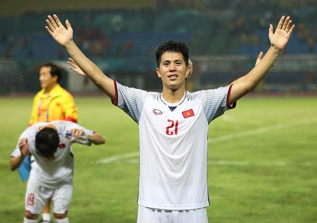Giành vé vào bán kết, Olympic Việt Nam ăn mừng đầy cảm xúc cùng cổ động viên - 11