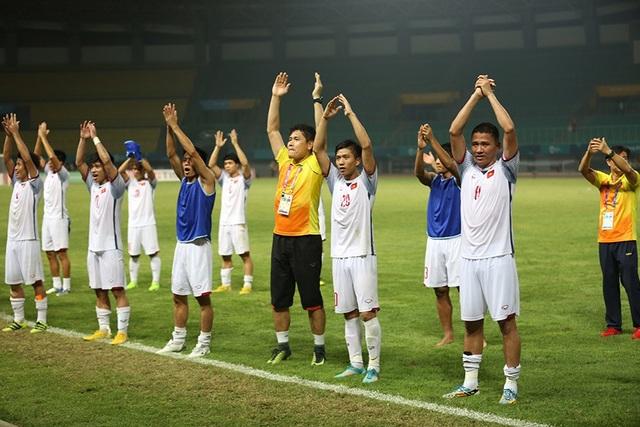 Giành vé vào bán kết, Olympic Việt Nam ăn mừng đầy cảm xúc cùng cổ động viên - 10
