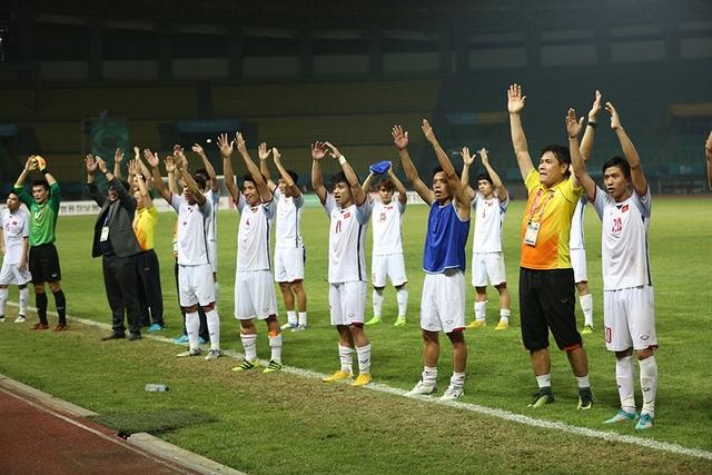 Giành vé vào bán kết, Olympic Việt Nam ăn mừng đầy cảm xúc cùng cổ động viên - 9