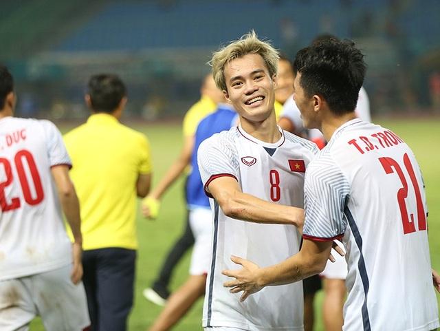 Giành vé vào bán kết, Olympic Việt Nam ăn mừng đầy cảm xúc cùng cổ động viên - 7