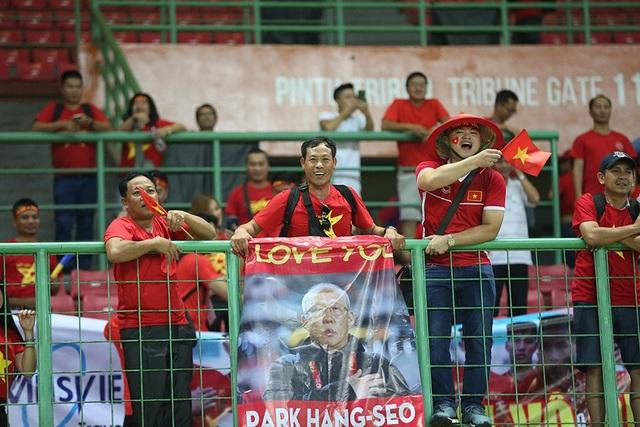 Các cố động viên trên sân cổ vũ hết mình đoàn quân HLV Park Hang Seo