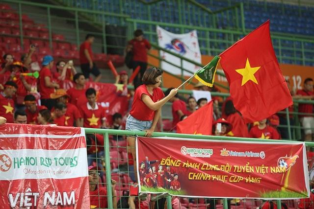 Giành vé vào bán kết, Olympic Việt Nam ăn mừng đầy cảm xúc cùng cổ động viên - 3