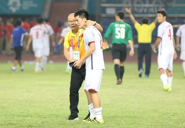 Giành vé vào bán kết, Olympic Việt Nam ăn mừng đầy cảm xúc cùng cổ động viên - 1