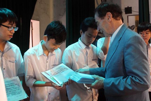 GS Odon Vallet trực tiếp trao các suất học bổng đến từng học sinh, sinh viên.